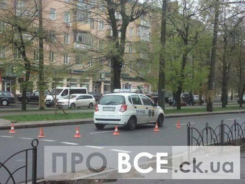 У центрі Черкас автомобіль охорони збив жінку (фото)
