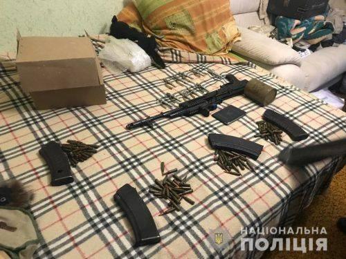 У Черкасах чоловік удома зберігав автомат Калашникова (фото, відео)
