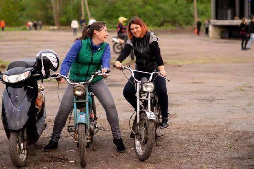 Дорогі байки, намети, пиво, запальні пісні: відома черкащанка виступила на мотодвижі байкерів (фото)
