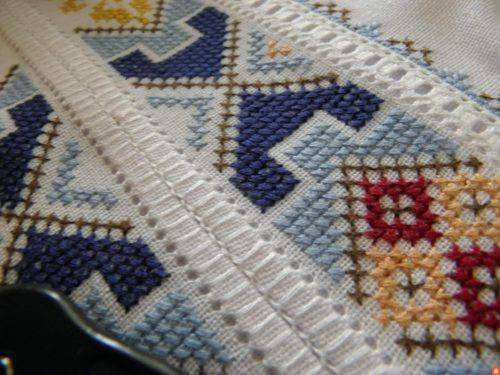 Рушники, скатертини, сорочки та картини вишиває черкащанка (фото)