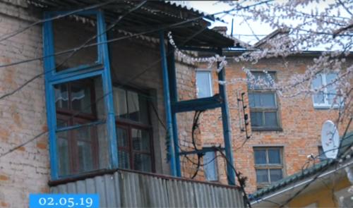 Мешканці черкаської багатоповерхівки ще з березня живуть під дірявим дахом (відео)