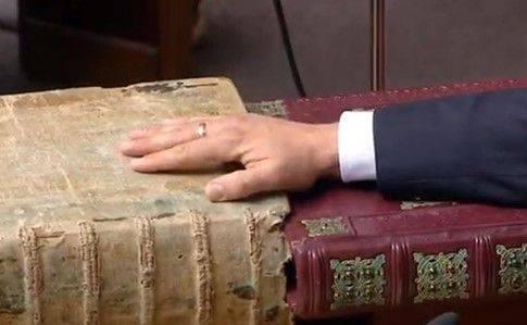 Зеленський склав присягу Президента й запропонував представникам уряду звільнити місця