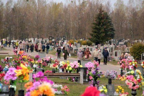 Щороку з кладовищ Черкащини вивозять кілька вантажівок штучних квітів