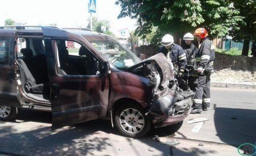 У Черкасах автівка в'їхала в маршрутку (фото)