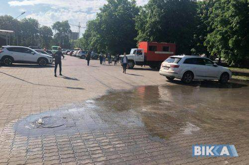 У Черкасах на парковці з-під люка почала бити фонтаном вода (фото)