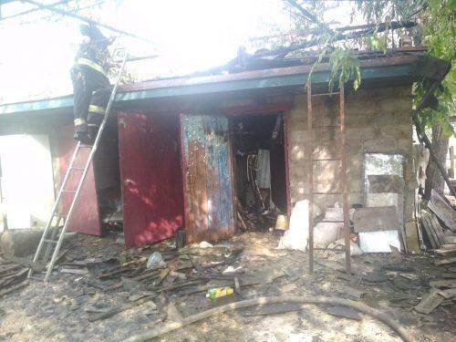 На Черкащині в господарську будівлю влучила блискавка (фото)