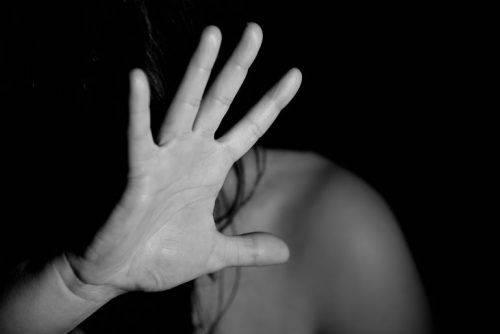 У Черкасах чоловік зґвалтував у будівельному вагончику жінку