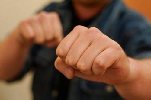 У Черкасах невідомий ударив прокурора, поки той стояв у черзі