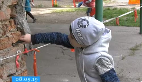 Черкасці бояться відпускати малечу до дитсадка, через аварійність споруд (відео)
