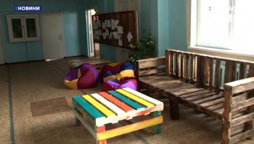 Дерев'яні меблі для однієї з гімназій на Черкащині виготовляють батьки (відео)