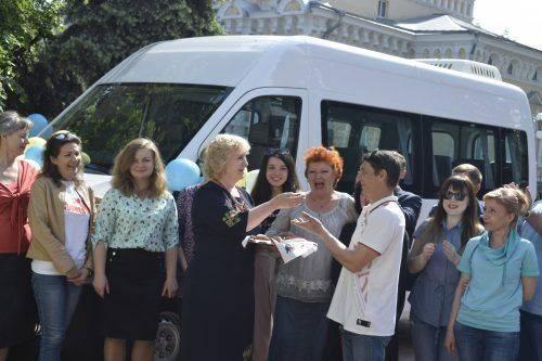 Оновлення на колесах: Черкаський обласний ляльковий театр отримав новий автобус (фото)