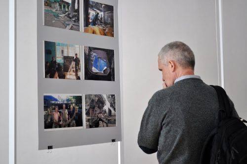 """Військові реалії у фото: у Черкасах презентували фронтвиставку """"Погляд на війну та мир»"""