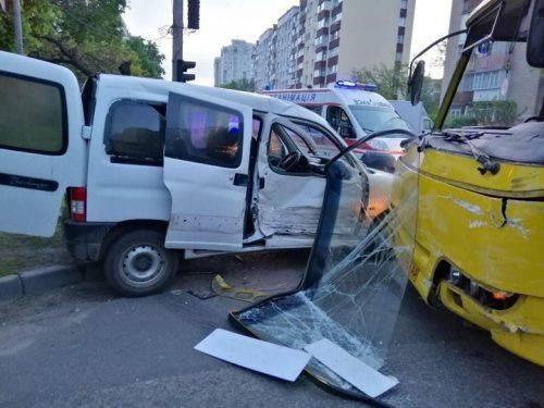 У Черкасах маршрутка зіткнулася з авто: 4 осіб госпіталізовано (фото)