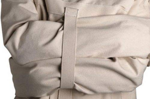 Чоловіка, який до смерті забив працівницю готелю та калічив перехожих, відправлять на лікування
