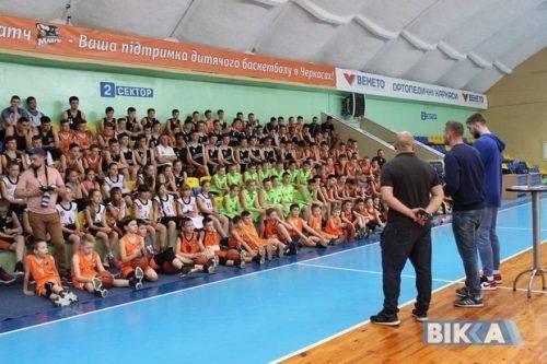 """Зіркове тренування і баскетбольні одкровення: відомий спортсмен зустрівся з вихованцями """"Черкаських мавп"""" (фото)"""