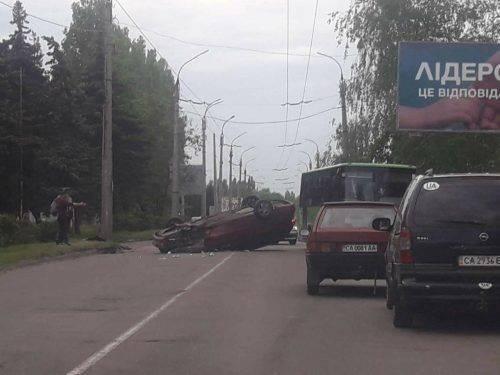 У Черкасах перекинувся автомобіль (фото)