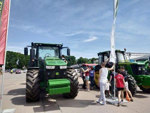 Зваблива мийка машин, катання на тракторах та ігри навантажувачів у футбол - у Черкасах проходить масштабна агропромислова виставка (фото)