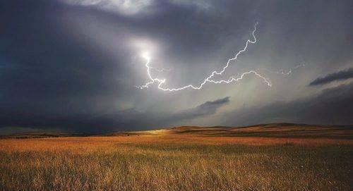 Черкащан знову попереджають про грози та сильні вітри