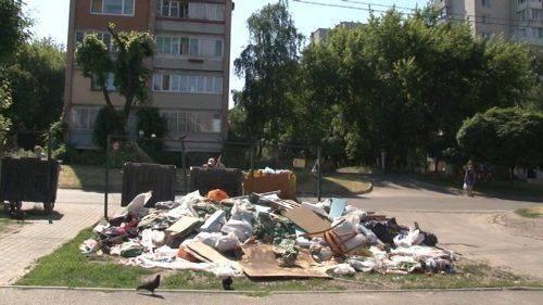 Біля житлового будинку та дитячої амбулаторії у Черкасах виникли стихійні сміттєзвалища (відео)