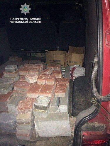 У Черкасах двоє чоловіків крали цемент та тротуарну плитку (фото)
