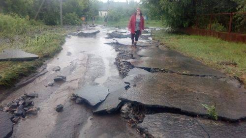 Наступив апокаліпсис: сильний дощ на Черкащині змив дороги та затопив цілі двори (фото)