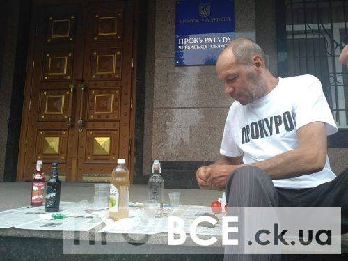 """У Черкасах на східцях прокуратури організували """"п'янку"""" (фото, відео)"""