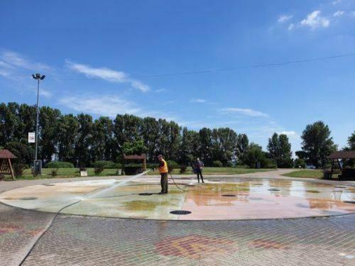 """Черкаські фонтани """"рятували"""" від водоростей (фото)"""