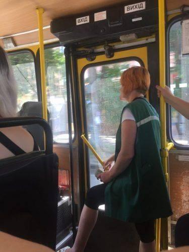 У Черкасах тролейбус забув кондукторку на зупинці
