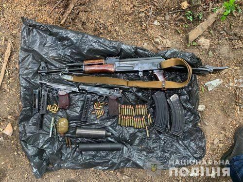 На Черкащині чоловік закопав зброю з боєприпасами