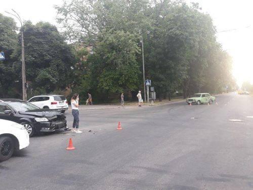 Поїхав на жовтий сигнал світлофора: у Черкасах сталася аварія з постраждалим (фото)