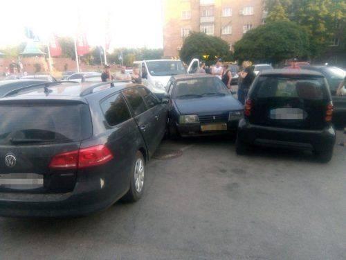 У Черкасах автомобіліст наїхав на дві припарковані машини (фото)