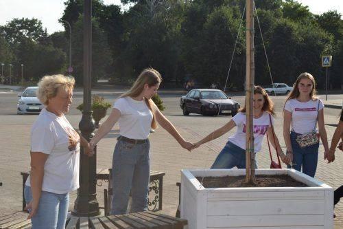 Випускники на Черкащині висадили декоративні клени на центральній площі (фото)