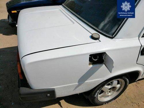 У Черкасах затримали парубка, який зливав з чужої автівки бензин