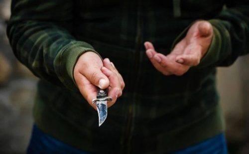 Черкащанин, погрожуючи ножем, викрав сумку в чоловіка
