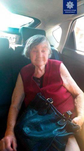 Черкаські патрульні допомогли бабусі повернутися додому