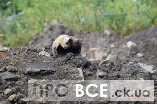 «Черепа і кістки у смітті»: на Черкащині розкопали 300-річне поховання, а останки померлих викинули до сміття (фото, відео)