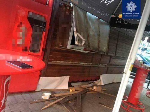 Розбив вікно та вдерся до кіоску: в Черкасах затримали хулігана (фото)