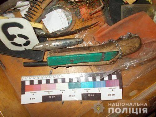 На Черкащині в чоловіка знайшли зброю та наркотики (фото)