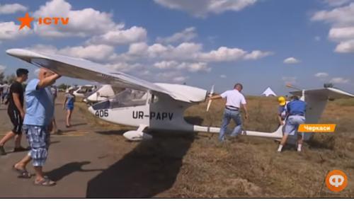 Саморобні літаки та круті віражі: на Черкащині відбувся авіафестиваль (відео)