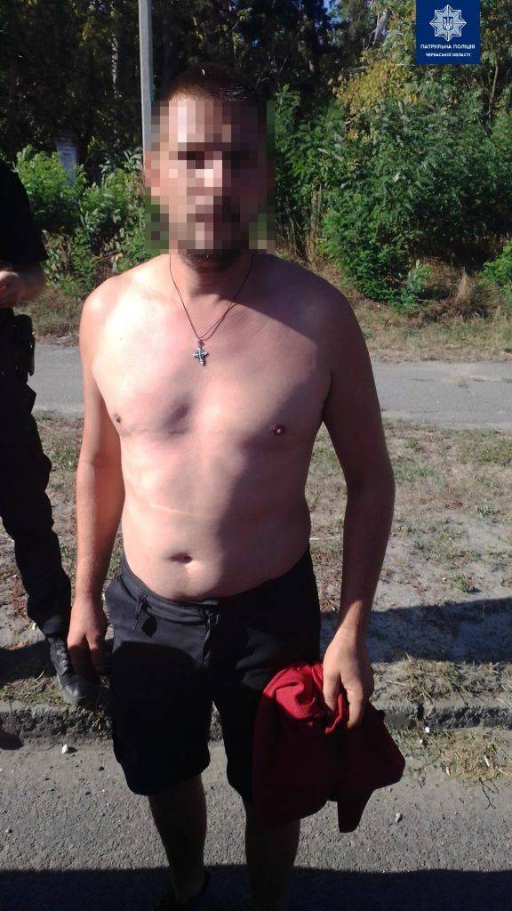 Зірвав із шиї золотий ланцюжок: черкащанин пограбував жінку та втік (фото)