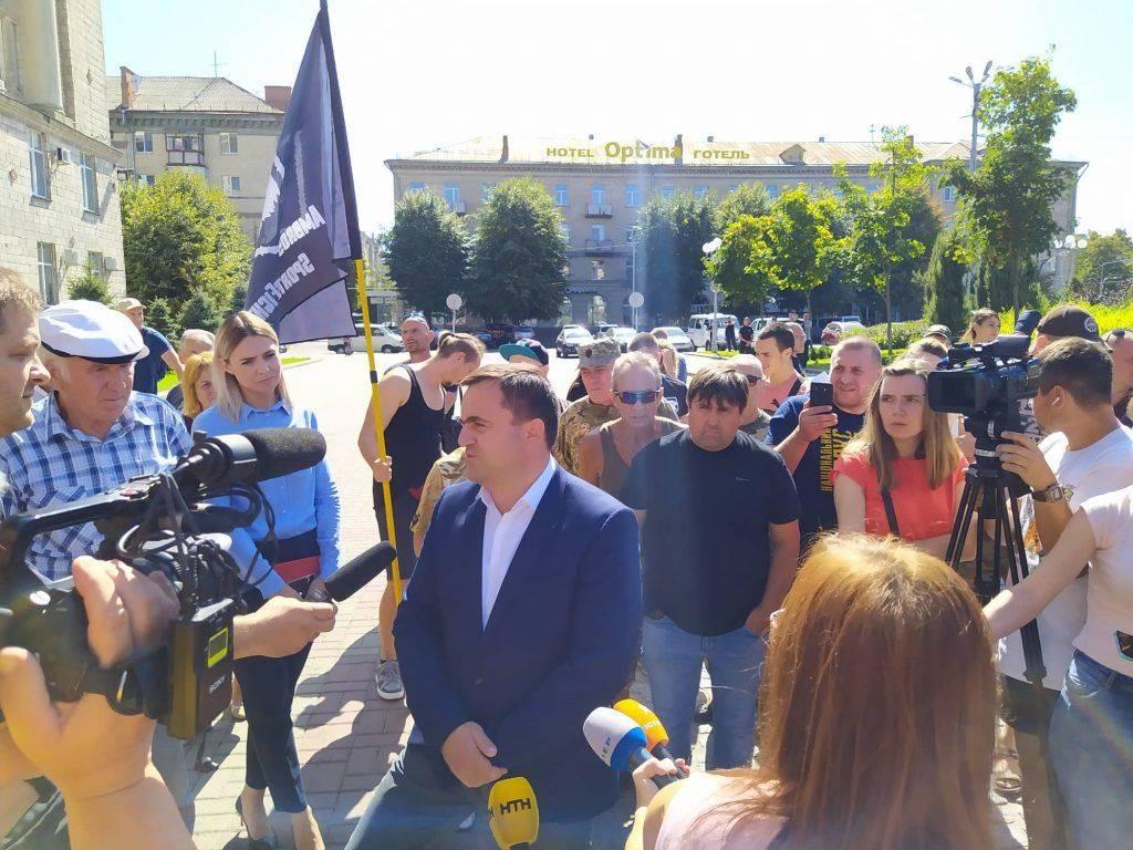 """Біля Черкаської ОДА спалили """"суддю"""" (фото, відео)"""