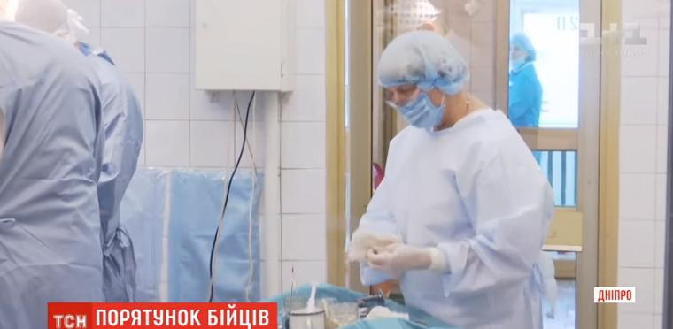 У Дніпрі лікарі рятують важкопораненого бійця з Черкащини (відео)