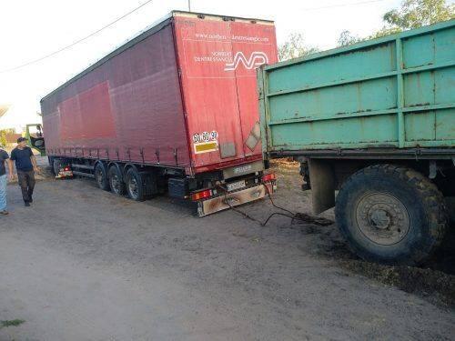 На Черкащині в піску застряг вантажний автомобіль (фото)