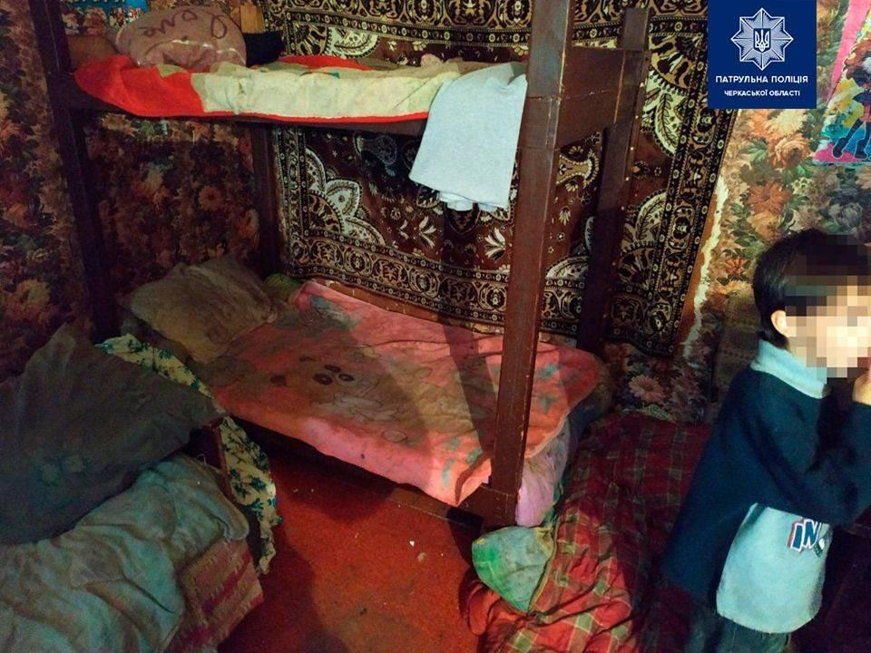 Залякані і брудні: копів шокували умови проживання трьох дітей в Черкасах (фото)
