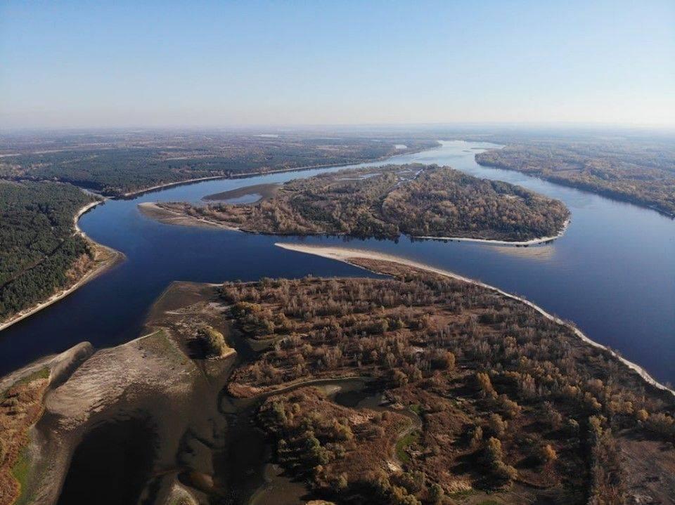 """""""Ріки стало ще менше"""": у мережі показали фото Дніпра з висоти"""