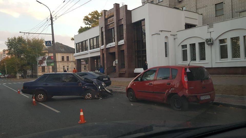 У центрі Черкас п'яний водій врізався в припарковані авто та травмував жінку (фото)