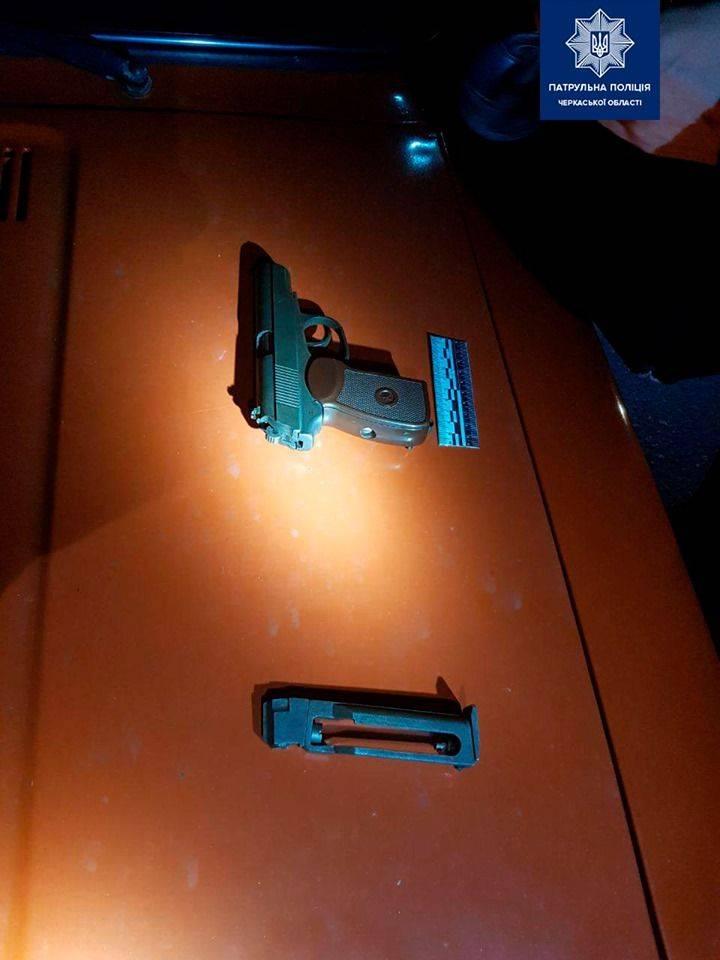 У районі Митниці чоловік погрожував дівчині пістолетом
