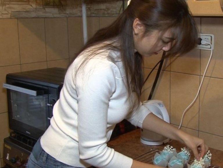Бізнес по-черкаськи: дівчина готує вдома цукерки