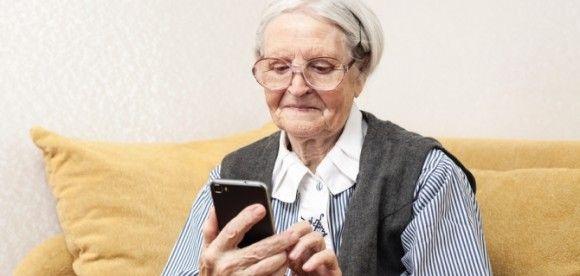 Пенсіонерів із Черкащини навчають опановувати смартфони та соціальні мережі (відео)