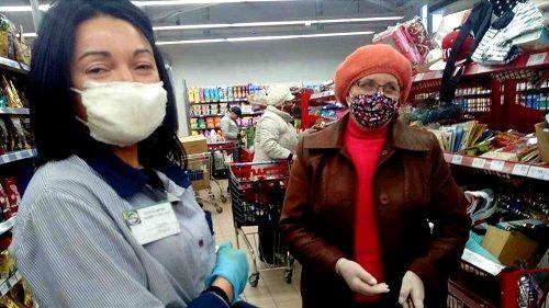 На Черкащині жінка шиє захисні маски та безкоштовно роздає їх сусідам і продавцям магазинів
